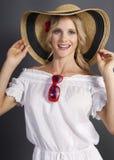 Muchacha rubia linda que desgasta un sombrero del verano de la paja fotografía de archivo libre de regalías