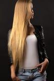 Muchacha rubia lujosa del adolescente con el pelo largo Fotos de archivo libres de regalías