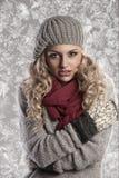 Muchacha rubia maravillosa en ropa de lana del invierno fotografía de archivo