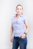 Muchacha rubia patilarga joven hermosa en vaqueros y una camisa azul en botas, presentación completa de la altura Fotos de archivo