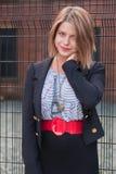 Muchacha rubia que espera en las puertas de la prisión Imagen de archivo libre de regalías