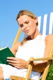 Muchacha rubia que lee un libro Imágenes de archivo libres de regalías