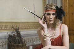 Muchacha rubia que presenta con ropa del vintage Imagen de archivo