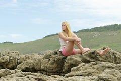 Muchacha rubia que presenta en la playa en España Imagen de archivo