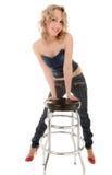 Muchacha rubia que se inclina en una silla de la barra imagen de archivo libre de regalías