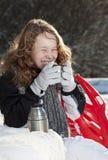 Muchacha rubia que se relaja en un parque nevoso foto de archivo libre de regalías