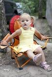 Muchacha rubia que se sienta en silla foto de archivo