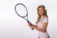 Muchacha rubia que sostiene una raqueta de tenis Fotografía de archivo libre de regalías