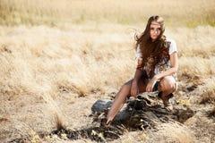 Muchacha rubia sensual en campo Fotografía de archivo libre de regalías