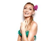 Muchacha rubia sonriente en la presentación del traje de baño Imagenes de archivo