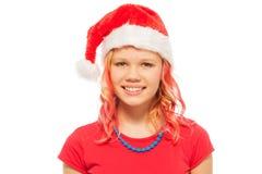 Muchacha rubia sonriente feliz en el sombrero de Santa Christmas Fotos de archivo