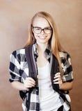 Muchacha rubia sonriente feliz joven del inconformista con la mochila lista a la escuela, concepto adolescente de la gente de la  Imagen de archivo