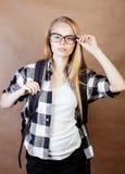Muchacha rubia sonriente feliz joven del inconformista con la mochila lista a la escuela, concepto adolescente de la gente de la  Fotografía de archivo libre de regalías