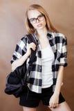 Muchacha rubia sonriente feliz joven del inconformista con la mochila lista a la escuela, concepto adolescente de la gente de la  Foto de archivo