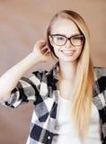 Muchacha rubia sonriente feliz joven del inconformista con la mochila lista a la escuela, concepto adolescente de la gente de la  Fotos de archivo libres de regalías
