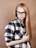 Muchacha rubia sonriente feliz joven del inconformista con la mochila lista a la escuela, concepto adolescente de la gente de la  Fotos de archivo