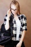 Muchacha rubia sonriente feliz joven del inconformista con la mochila lista a la escuela, concepto adolescente de la gente de la  Fotografía de archivo