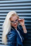 Muchacha rubia sonriente hermosa joven con aspecto hermoso y el pelo largo El retrato de una mujer con el pelo largo y sorprender imagenes de archivo