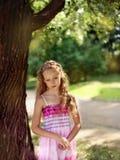 Muchacha rubia triste pensativa en el parque Fotos de archivo
