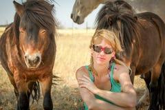 Muchacha rubia y los caballos del desierto Imagen de archivo libre de regalías