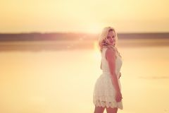 Muchacha rubia y puesta del sol imagen de archivo libre de regalías
