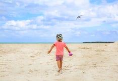 Muchacha rubio-cabelluda hermosa que camina en la playa arenosa Fotos de archivo