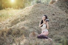 Muchacha rural feliz que sonríe adentro al aire libre Imágenes de archivo libres de regalías
