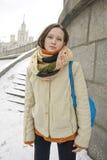 Muchacha rusa al aire libre en la calle en invierno Foto de archivo libre de regalías