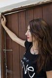 Muchacha rusa del adolescente que mira la cámara en puerta del pueblo Foto de archivo