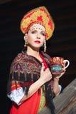 Muchacha rusa en un kokoshnik Imágenes de archivo libres de regalías