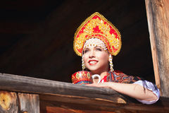 Muchacha rusa en un kokoshnik Imagen de archivo