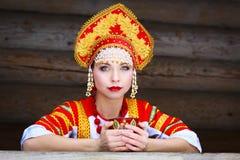 Muchacha rusa en un kokoshnik Fotografía de archivo