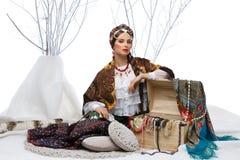 Muchacha rusa hermosa con el pecho de esperanza imagen de archivo