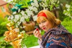 Muchacha rusa hermosa con una sentada curvaceous, atractiva y feliz fotografía de archivo