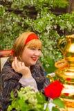 Muchacha rusa hermosa con una sentada curvaceous, atractiva y feliz fotos de archivo