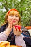 Muchacha rusa hermosa con una sentada curvaceous, atractiva y feliz imágenes de archivo libres de regalías