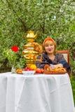 Muchacha rusa hermosa con una sentada curvaceous, atractiva y feliz imagen de archivo libre de regalías