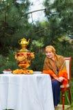 Muchacha rusa hermosa con una sentada curvaceous, atractiva y feliz imagen de archivo