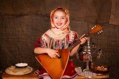 Muchacha rusa hermosa en un mantón Imágenes de archivo libres de regalías