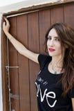 Muchacha rusa joven que mira la cámara en la puerta de madera Fotos de archivo libres de regalías
