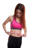 Muchacha sana asiática hermosa que mide su cintura Imagenes de archivo