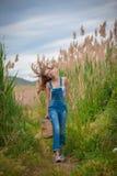 Muchacha sana que camina en campo Fotografía de archivo
