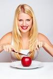 Muchacha sana que come una manzana roja Fotografía de archivo