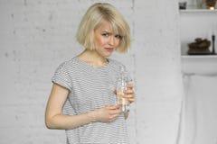 Muchacha sedienta con la botella de agua Foto de archivo libre de regalías
