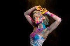 muchacha sensual atractiva que presenta en polvo colorido del holi fotografía de archivo libre de regalías