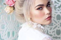 Muchacha sensual con el pelo rubio en ropa interior y accesorios Foto de archivo