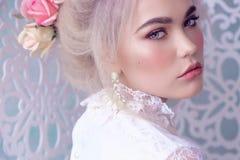 Muchacha sensual con el pelo rubio en ropa interior y accesorios Imagen de archivo libre de regalías