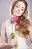 Muchacha sensual con la flor del tulipán Fotos de archivo