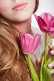 Muchacha sensual con la flor del tulipán Fotos de archivo libres de regalías
