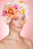 Muchacha sensual con las flores en pelo Imágenes de archivo libres de regalías
